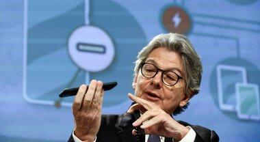 Caricabatterie unico, l'Ue punta al 2024 ma l'Apple si oppone: «Consumatori danneggiati»