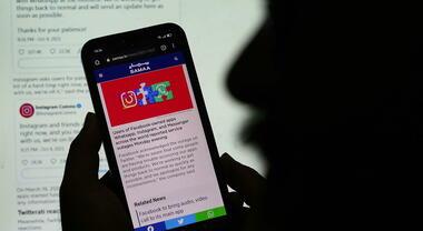 WhatsApp, il «down più lungo di sempre»: una squadra resetta manualmente i server Facebook