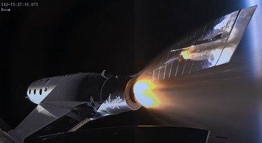 Virgin Galactic resta a terra: voli turistici rinviati all'autunno 2022, slitta ancora la missione di Aeronautica militare e Cnr