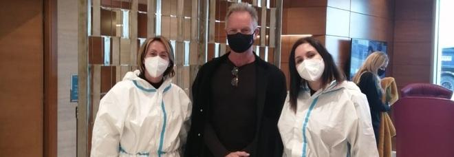 Sting sbarca a Roma: tampone (negativo) e foto con le infermiere