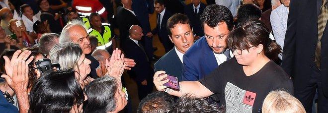 Salvini e il selfie ai funerali di Stato a Genova. Rabbia sul web: «Non stai al concerto di Fedez»