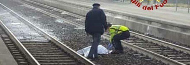 Attraversa i binari con le cuffiette, 22enne muore travolta dal treno