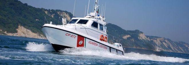 Pesaro, in avaria tra scogli e reti Velisti salvati dalla Capitaneria