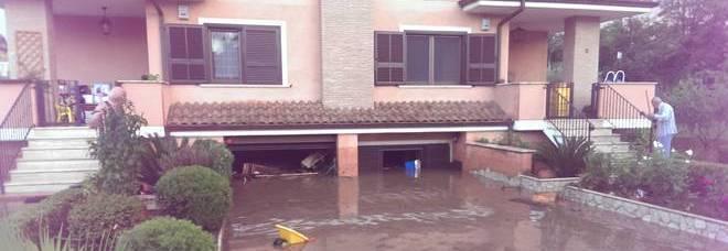 maltempo bomba d 39 acqua a roma tracima canale case e