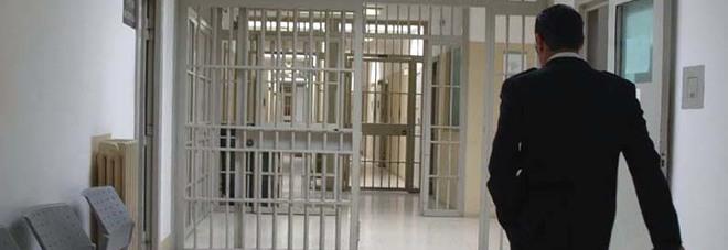 Detenuto si impicca in cella. Salvato dagli agenti, tenta l'evasione