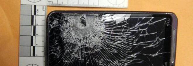 """Lo smartphone """"salvavita"""": il proiettile rimbalza, ragazzo vivo per miracolo"""
