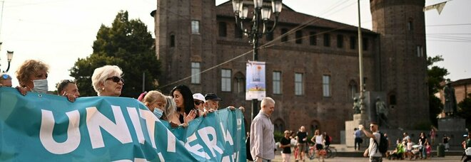 Covid e green pass, manifestazioni nelle città: tensioni a Roma e Pescara