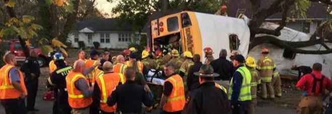 Scuolabus contro un albero: morti 5 bambini delle elementari e 5 feriti. L'autista ha perso il controllo del mezzo