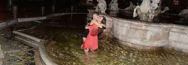 Roma turiste fanno il bagno indisturbate nella fontana di piazza navona - Bagno nella fontana di trevi ...