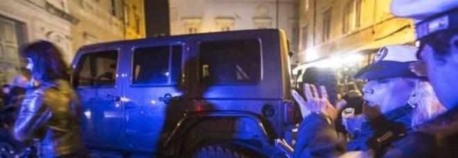 Trastevere, movida violenta Blitz dei vigili dopo i roghi di auto e moto Chiusa associazione culturale