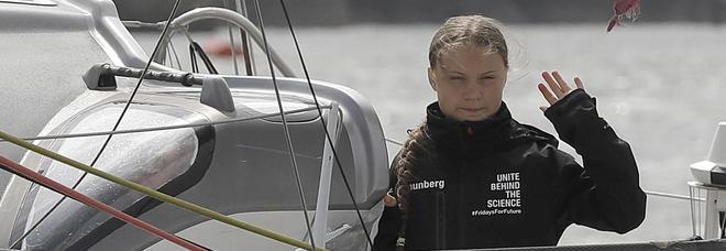 Greta è arrivata a New York in barca a vela: gettata l'ancora a Coney Island