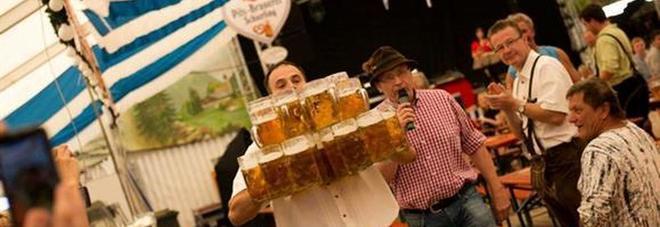 Baviera, Oliver Struempfel stabilisce un record: sorreggere e trasportare 29 boccali di birra per 40 metri