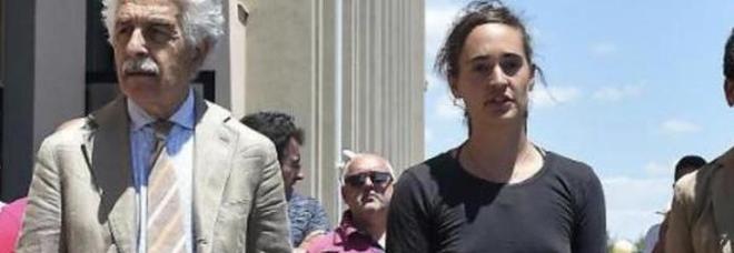 Carola Rackete nel mirino degli haters persino per non avere indossato il reggiseno in tribunale