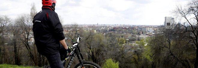 Coronavirus, ciclista si butta in mare per evitare i controlli: identificato e multato