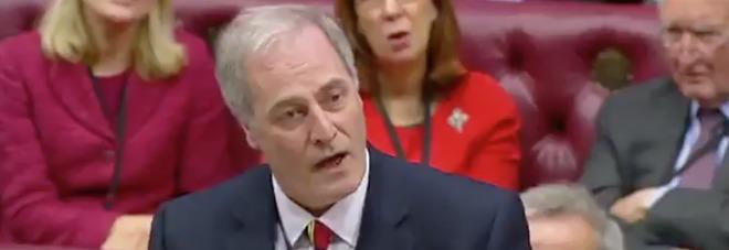 Michael Bates, il ministro britannico arriva in Parlamento in ritardo di 2 minuti e si dimette