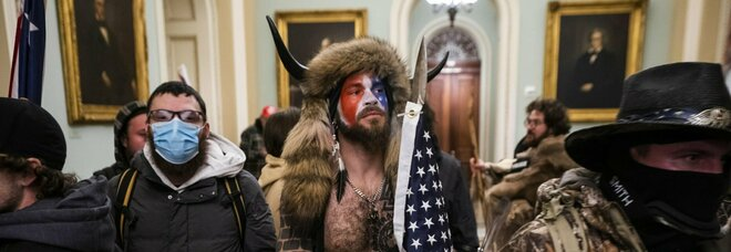 """Jake Angeli arrestato, lo """"sciamano"""" in manette per la violenta irruzione a Capitol Hill"""