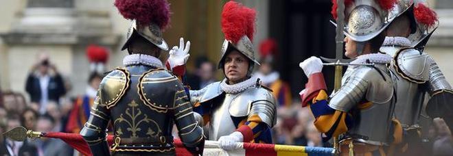 Vaticano, giurano le nuove guardie svizzere: ma sono nove in meno dell'anno scorso