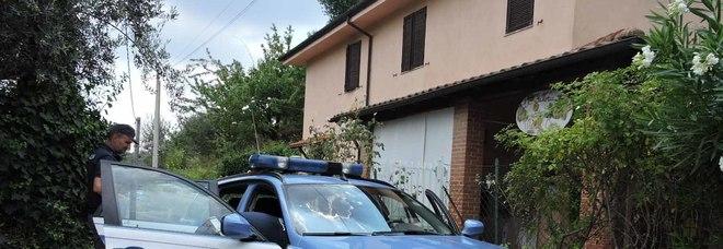 La polizia per i rilievi davanti all'asilo di Velletri (foto Sciurba)