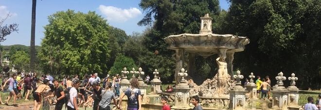 Roma, sfregio a Villa Pamphilij: decine di studenti fanno il bagno nella fontana