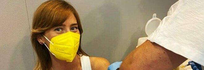 Maria Elena Boschi: «Prima dose di vaccino fatta! Grazie a tutto il personale sanitario»