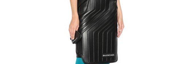 La gonna di Balenciaga da 2500 euro fa impazzire i social: «Sembra il tappetino di un'auto»
