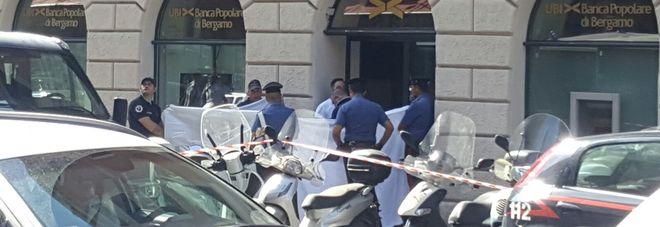 Roma, choc all'Esquilino, uomo trovato morto sul marciapiede