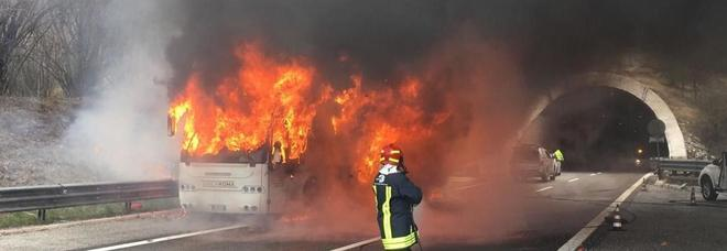 Bus in fiamme in autostrada, si salvano 30 passeggeri