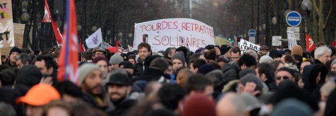 Riforma pensioni in Francia, i sindacati: «Sciopero a oltranza, nessuna tregua per Natale»