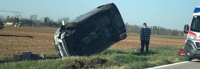 Incidente tra due auto, una finisce nel fosso e si pianta in verticale