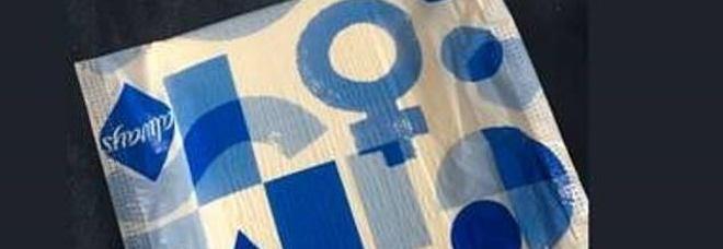 Trans fanno rimuovere il logo femminile dagli assorbenti: «Ci discrimina». E le donne boicottano il marchio