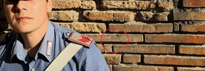 Nel cerchio rosso il nome inciso su un mattone del Colosseo