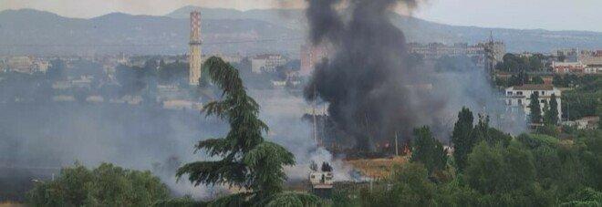 Roma, rifiuti e sterpaglie in fiamme vicino al campo rom di via Salviati: colonna fumo invade i quartieri Est della Capitale