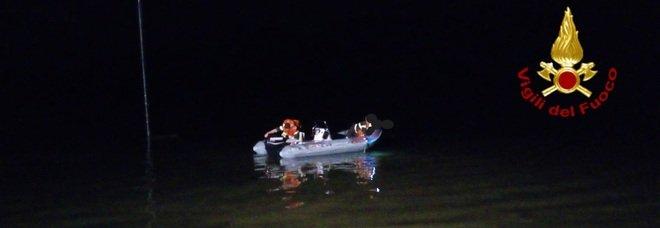 Pescatori si ribaltano con la barca nel Lago del Salto, salvati dai vigili del fuoco