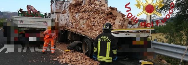 A25, tir carico di laterizi in avaria travolto da altro camion: tre feriti