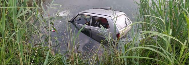 Auto nel canale, illesi due pescatori di Cisterna