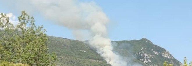 Incendio nei boschi vicino a Cesi interviene un canadair sul posto anche il sindaco Latini