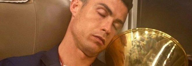 Ronaldo dorme in treno abbracciato alla Coppa Italia: «Fate voi la didascalia»