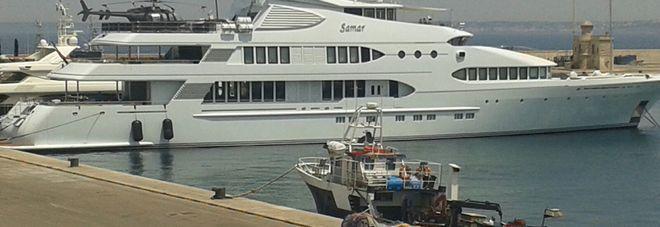 Yacht Con Elicottero A Bordo : Super yacht nel porto di gallipoli metri con