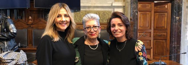 Al centro Marcella Reni, tra Arianna Ciampoli e, a destra, la chef Marianna Vitale Pranzo di Natale tra i detenuti «Le donne in carcere a causa di un uomo»