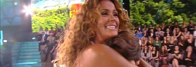 Isola, Samantha bellissima in bianco riabbraccia il figlio e il marito