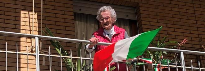 Luisa Zappitelli sul terrazzo di casa col tricolore