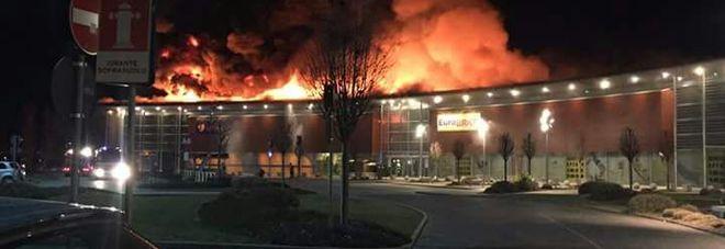 Treviso, pauroso rogo al centro commerciale, 50 vigili del fuoco sul posto