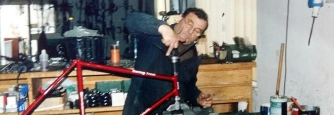 """Nella foto """"Mariolino"""", Mario Battistelli mentre realizza una delle sue storiche biciclette"""