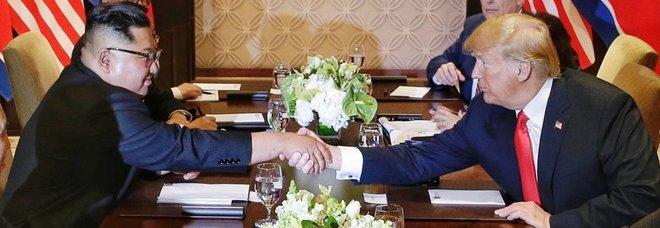 Trump-Kim, storica stretta di mano a Singapore: via a denuclearizzazione, passato alle spalle