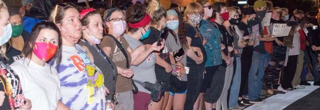 Floyd, donne bianche in fila difendono i manifestanti di colore dalla polizia: la foto è virale