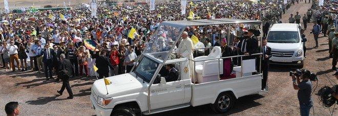 Cile, il cavallo si spaventa all'arrivo della papamobile, la poliziotta cade: il Papa si ferma a soccorrerla