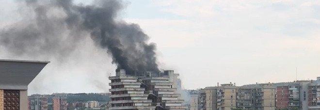 Scampia, incendio nella Vela: colonna di fumo nero visibile in tutto il quartiere