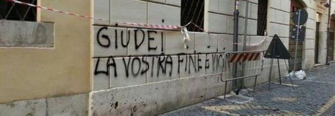 Nuove scritte antisemite a Roma. Imbrattati i muri di via della Lupa in centro
