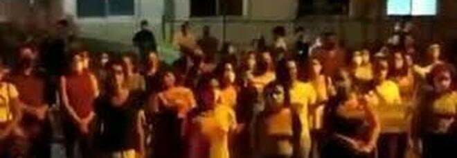 La protesta davanti a un ospedale a Recife per difendere il diritto di una bambina di 10 anni ad abortire