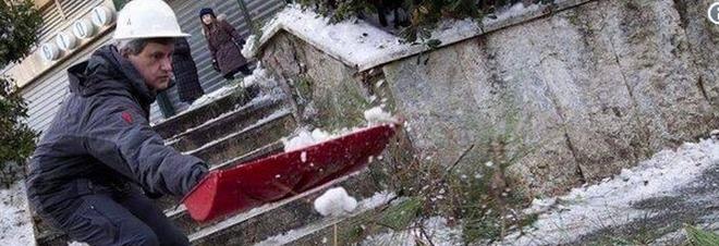 Neve a Roma, Alemanno punge la sindaca su Twitter: «Quando torni dal Messico ricordati il sale»